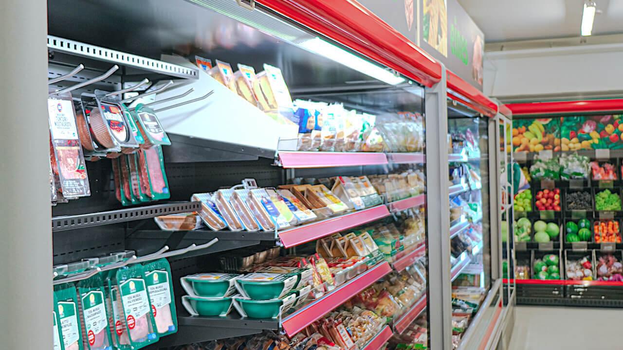 Uuden kyläkaupan kylmäkalusteet antavat mahdollisuuden laajalle valikoimalle